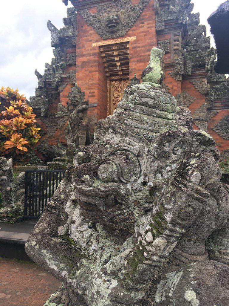 バトゥアン寺院の石像